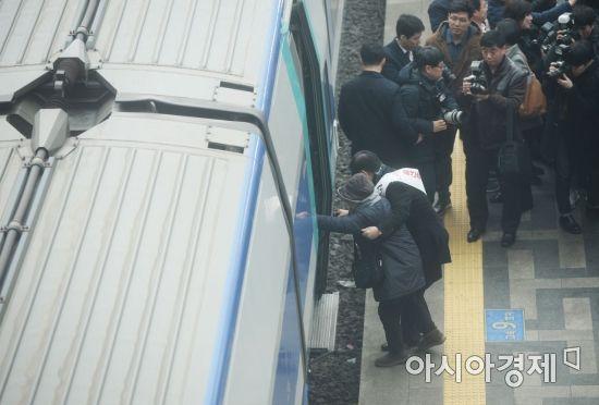 [포토]어르신 부축하는 김성태 자유한국당 원내대표