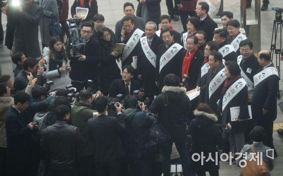 [포토]자유한국당, 서울역 찾아 귀성 인사