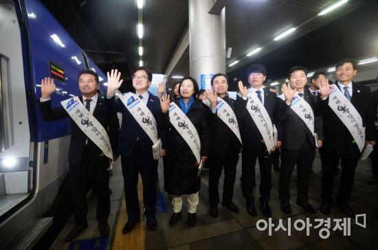 [포토]더불어민주당, 서울역 찾아 귀성 인사