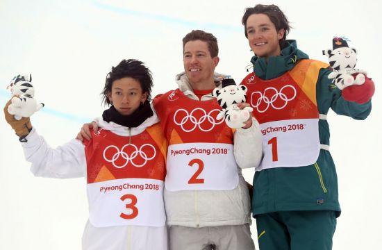 미국 사상 동계올림픽 통산 100번째 금메달을 목에 건 숀 화이트(가운데) [이미지출처=연합뉴스]