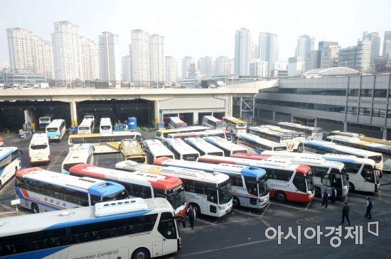 [포토]설 명절 귀성객 기다리는 버스