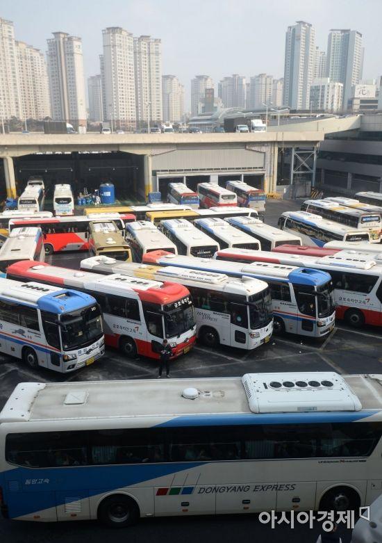 [포토]설날 귀성객 기다리는 버스