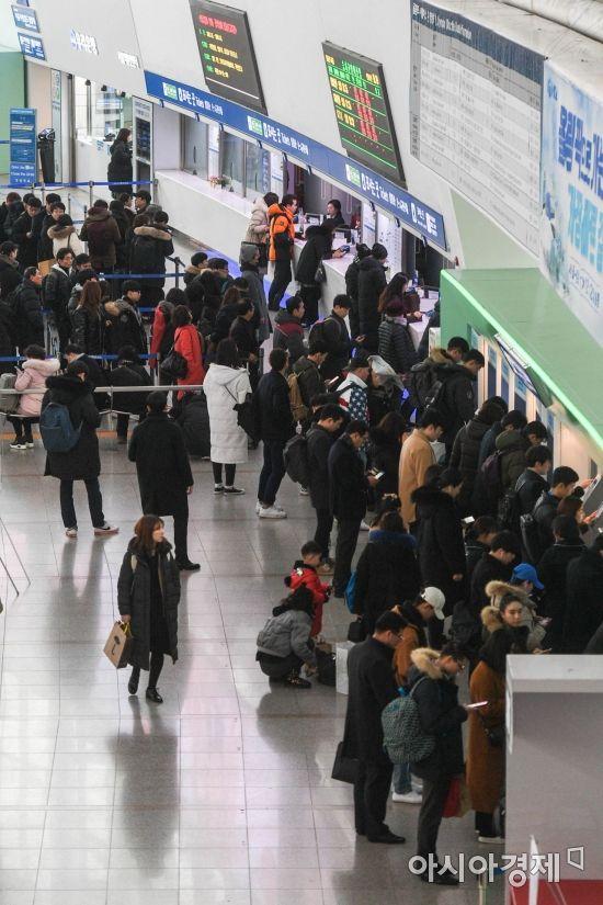[포토] 기차표 구매하는 귀성객들
