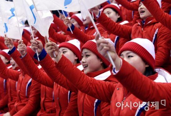 [포토] 한반도기 흔드는 북한 응원단