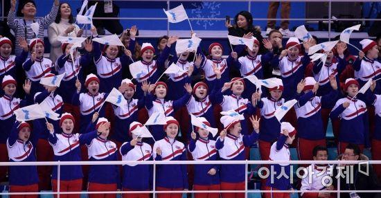 [포토] 단일팀 첫 골에 기뻐하는 북한 응원단