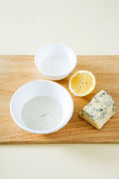 3. 블루치즈는 부드럽게 으깨어 마요네즈와 섞고 나머지 드레싱 재료를 넣어 골고루 섞는다. (블루치즈 40g, 마요네즈 2, 플레인 요구르트 1/4컵, 설탕 0.5, 레몬즙 1/2개, 소금 약간)