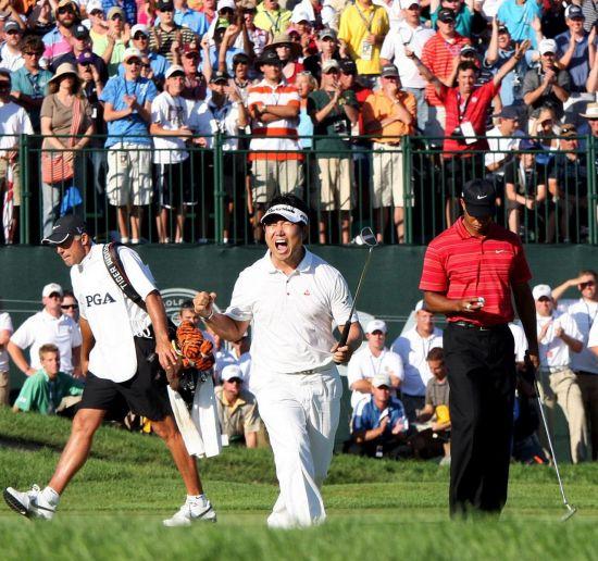 양용은(가운데)이 PGA챔피언십 우승 직후 고개숙인 타이거 우즈(오른쪽) 앞에서 포효하고 있는 모습.