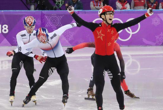 22일 강릉 아이스아레나에서 열린 2018 평창동계올림픽 쇼트트랙 남자 500m 결승에서 중국의 우다징(오른쪽)이  한국의 임효준(왼쪽부터), 황대헌을 제치고 1위로 결승선을 통과한 후 기뻐하고 있다. [이미지출처=연합뉴스]