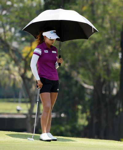 신지은이 HSBC위민스 최종일 18번홀 그린에서 우산을 쓴 채 생각에 잠겨있다. 센토사(싱가포르)=Getty images/멀티비츠