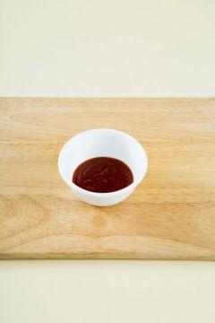 4. 분량의 초고추장 재료를 섞는다. (고추장 1, 고춧가루 1, 식초 1.5, 설탕 1, 다진 파 1, 다진 마늘 0.5, 깨소금 약간) 접시에 두릅을 담고, 초고추장을 곁들이거나 두릅에 초고추장을 넣어 버무린다.