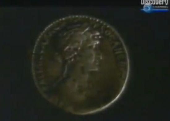 당대 동전에 새겨진 클레오파트라의 옆 모습. 눈이 크고 메부리코를 가진 여인이다.[사진=디스커버리채널 화면캡쳐]