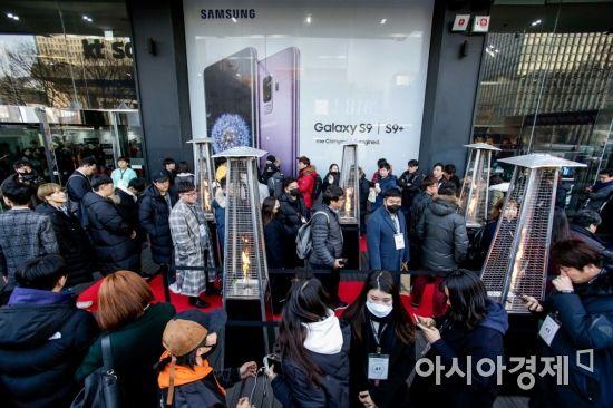 """[르포] 갤럭시S9 출발…""""비싸지만 카메라 탁월""""(종합)"""