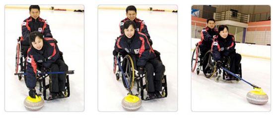 휠체어컬링은 컬링스톤을 손으로 투구하거나 장대를 보조기구로 사용할 수 있으며, 뒤에서 다른 팀원이 휠체어를 붙잡고 있을 수 있다.(사진= 대한장애인컬링협회)