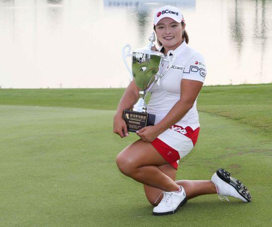 장하나가 한국투자증권챔피언십 우승 직후 트로피를 들고 포즈를 취했다. 사진=KLPGA