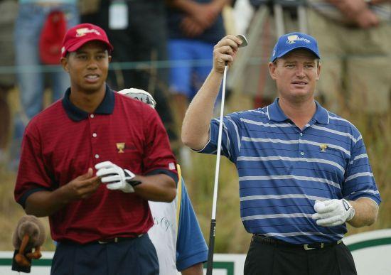 타이거 우즈(왼쪽)와 어니 엘스가 내년 프레지던츠컵 단장을 맡는다. 2003년 남아공 대회 당시 동반 플레이를 펼치고 있는 모습.