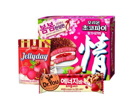 """빨간색 과일 활용한 제품 """"여심 잡았다""""…오리온 과자 인기"""