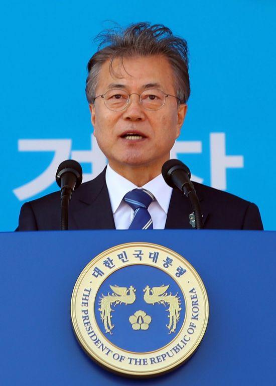 문재인 대통령이 13일 충남 아산 경찰대학에서 열린 2018년 경찰대학생·간부후보생 합동임용식에서 축사를 하고 있다. 사진=연합뉴스