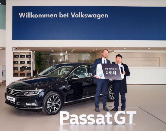 폭스바겐코리아 프리미엄 패밀리세단 신형 파사트 GT 1호차 고객 인도식. (왼쪽부터) 슈테판 크랍, 폭스바겐코리아 사장과 이형서 고객