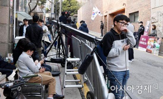 [포토] 취재진으로 분주해진 MB 자택