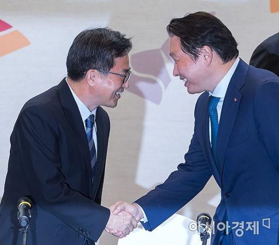 [포토] 악수 나누는 김동연 부총리-최태원 회장