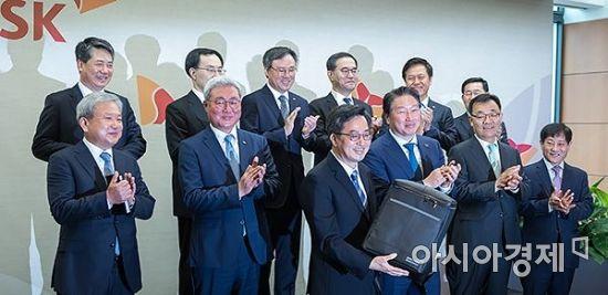 [포토] 사회적 기업 가방 구입한 김동연 부총리