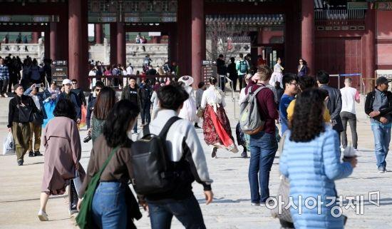 [포토] 따스한 봄 날씨에 경복궁 나들이에 나선 관광객