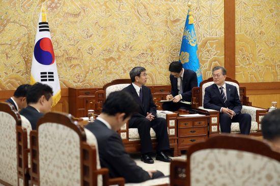문재인 대통령이 14일 오후 청와대에서 나카오 다케히코 아시아개발은행(ADB) 총재를 접견하고 있다.[사진=청와대]