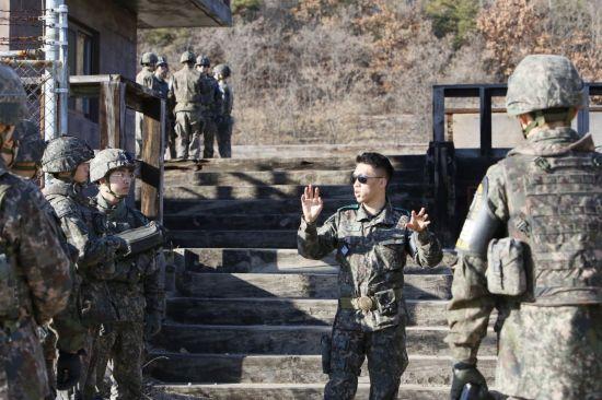 <h1>북한군 코앞서 대응하는 JSA 대원들</h1>