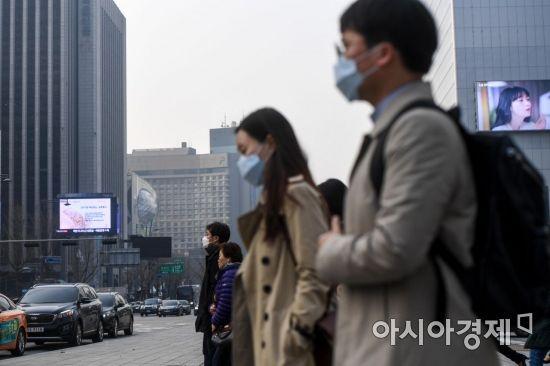 수도권을 비롯한 전국 대부분 지역에 미세먼지 주의보 '나쁨' 단계가 발령된 27일 서울 종로구 세종로 네거리에서 직장인들이 마스크를 쓰고 출근길에 오르고 있다./강진형 기자aymsdream@