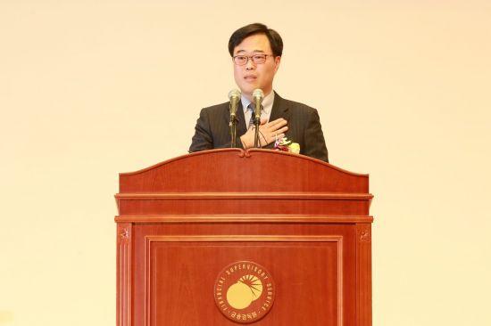 """선관위 """"셀프후원 위법"""" 판단…김기식 금감원장, 사퇴 불가피할듯"""