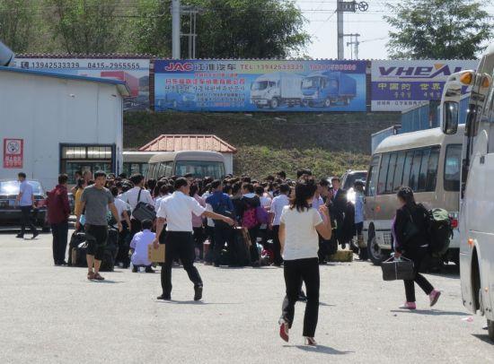 지난해 9월 12일(현지시간) 북중 접경지역인 중국 랴오닝(遼寧)성 단둥(丹東)의 해관 주차장에 북한으로 돌아가려는 북한 노동자들이 모여 있다(사진=연합뉴스).