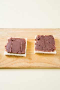 3. 식빵에 팥 앙금을 평평하게 펴 바른다.