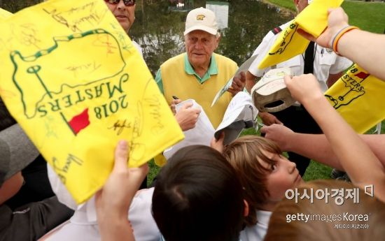 <YONHAP PHOTO-2040> AUGUSTA, GA - APRIL 04: Jack Nicklaus of the United States signs his autograph for patrons during the Par 3 Contest prior to the start of the 2018 Masters Tournament at Augusta National Golf Club on April 4, 2018 in Augusta, Georgia.   Jamie Squire/Getty Images/AFP<br>== FOR NEWSPAPERS, INTERNET, TELCOS & TELEVISION USE ONLY ==/2018-04-05 07:30:03/<br><저작권자 ⓒ 1980-2018 ㈜연합뉴스. 무단 전재 재배포 금지.>