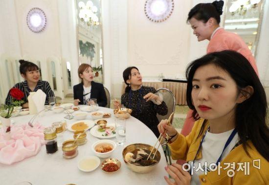 평양냉면 먹는 걸그룹 레드밸벳 / 사진=평양공연 사진공동취재단
