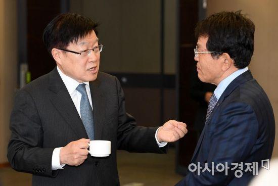 [포토] 대화 나누는 김영주 회장과 한진현 부회장