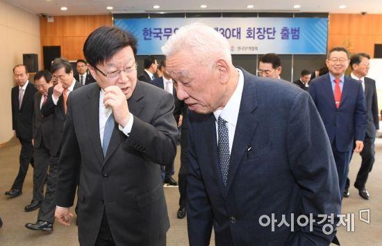 [포토] 회의장으로 향하는 김영주-주진우 회장