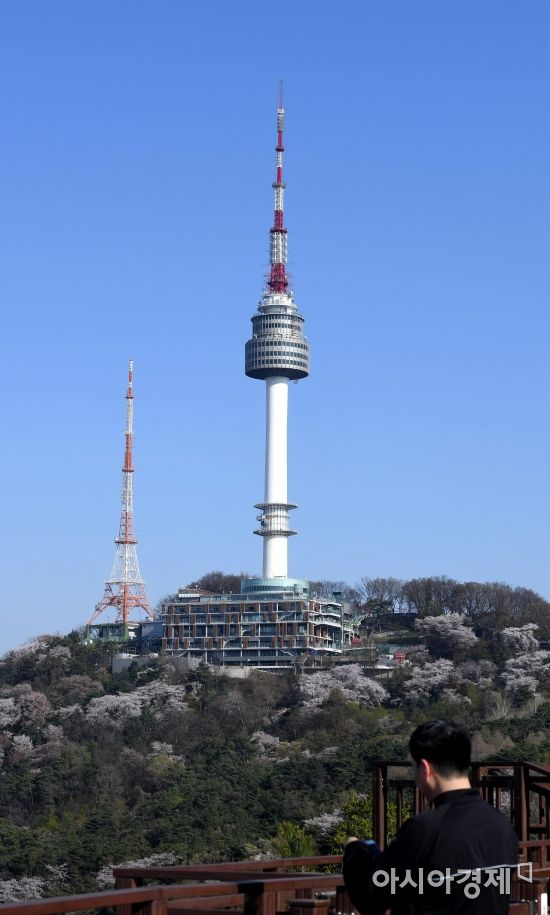 미세먼지 농도가 '보통' 수준을 보인 16일 서울 남산타워 위로 파란 하늘을 보이고 있다./김현민 기자 kimhyun81@
