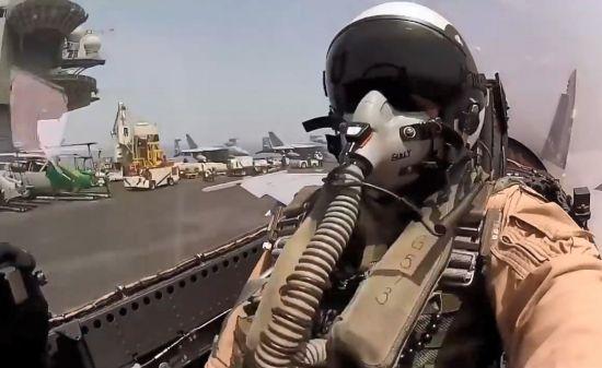 항공모함에 착륙하는 전투기 조종사.함재기 조종사들이 이착륙 때 받는 신체적 충격과 스트레스는 극심합니다.[사진=유튜브 화면캡처]