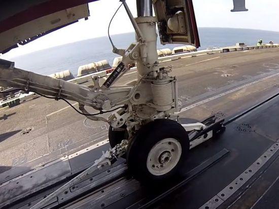 항공모함 사출기에서 쏘아 올려지기를 기다리는 함재기.[사진=유튜브 화면캡처]