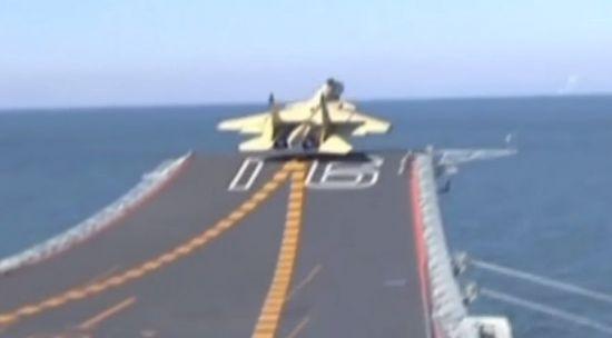 중국의 항공모함 산둥호에서 스키점프대형 활주로를 통해 이륙 중인 전투기.[사진=유튜브 화면캡처]