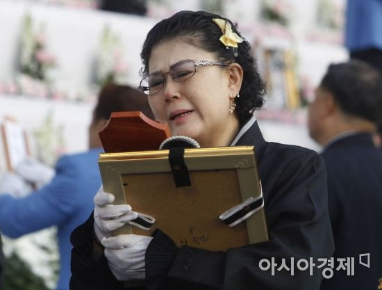 [포토] 유가족 품으로 돌아간 영정과 위패