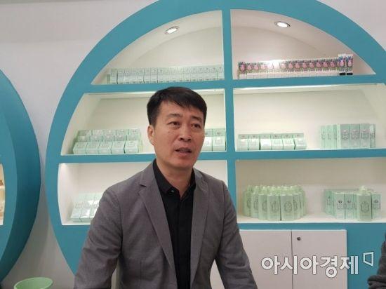 지난 14일 중국 베이징에서 열린 '2018 베이징 영유아 용품 박람회'에서 만난 천원 오가닉티코스메틱 부사장이 회사의 미래 계획에 대해 설명하고 있다. 사진=권성회 기자(베이징)