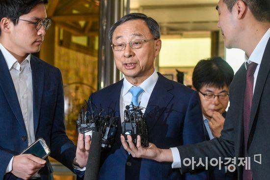 정치자금법 위반 혐의를 받고 있는 황창규 KT 회장이 17일 서울 서대문구 경찰청으로 들어서고 있다. 경찰은 지난 2014년부터 지난해까지 KT가 법인자금으로 국회의원 약 90명에게 총 4억3000만원을 불법 후원한 혐의로 수사를 진행하고 있다./강진형 기자aymsdream@