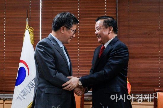 [포토] 악수하는 김동연 경제부총리-띠엔 중 베트남 재무장관