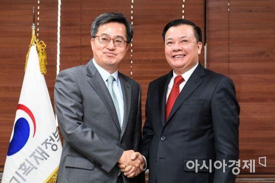 [포토] 손 맞잡은 한-베트남 재무장관