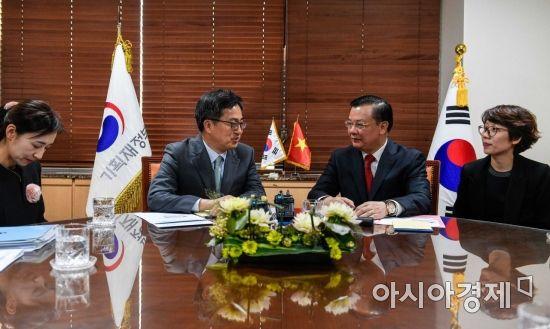 [포토] 의견 나누는 김동연 경제부총리-띠엔 중 베트남 재무장관