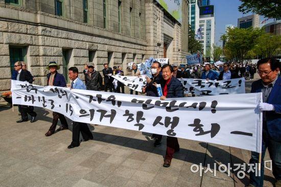 [포토] 4.19혁명 재연 행진