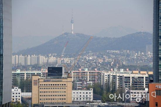 전국 곳곳에서 고농도 미세먼지가 기승을 부리고 있는 19일 서울 서초구 누에다리에서 바라본 도심이 뿌연 모습을 보이고 있다. /문호남 기자 munonam@