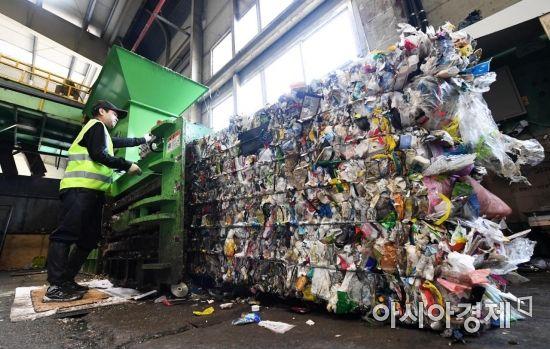 그대로 남은 쓰레기는 압축기에서 직사각형 형태로 납작하게 압축돼 다시 쓰레기장으로 향한다. /문호남 기자 munonam@