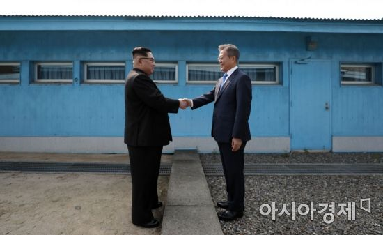 군사분계선 넘나든 두 정상…외신이 꼽은 남북정상회담 '명장면'(영상)